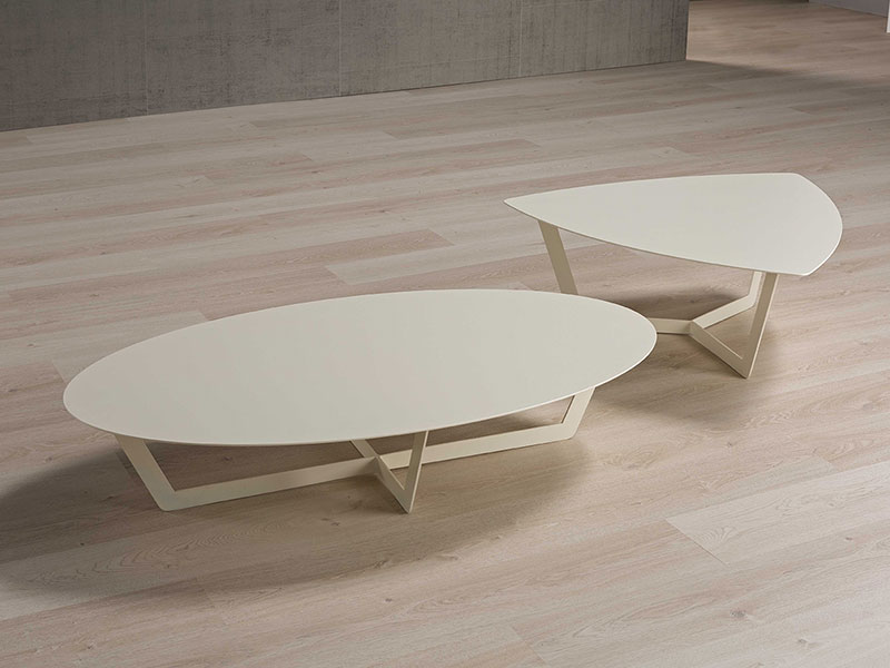 Photo d'une table basse en metal finition laqué blanc cassé de chez Ego Italiano